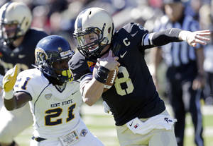 Photo -   Army quarterback Trent Steelman (8) runs from Kent State cornerback Sidney Saulter (21) during the first half of an NCAA college football game on Saturday, Oct. 13, 2012, in West Point, N.Y. (AP Photo/Mike Groll)