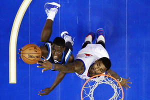 photo -   Dallas Mavericks' Darren Collison, left, goes up for a shot as Philadelphia 76ers' Dorell Wright defends in the first half of an NBA basketball game, Tuesday, Nov. 27, 2012, in Philadelphia. Philadelphia won 100-98. (AP Photo/Matt Slocum)