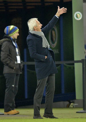 Photo - Hamburg head coach Bert van Marwijk  gestures during the  quarterfinal match of the German soccer cup between Hamburger SV and Bayern Munich in Hamburg, Germany, Wednesday, Feb. 12, 2014. (AP Photo/Martin Meissner)