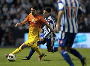 Photo -   FC Barcelona's Lionel Messi, left, controls the ball ahead of Deportivo la Coruna's Luis Miguel Alfonso 'Pizzi', center, during a Spanish La Liga soccer match at the Riazor stadium in La Coruna, Spain, Saturday, Oct. 20, 2012. (AP Photo/Lalo R. Villar)