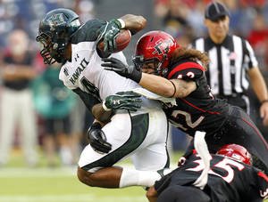 photo -   San Diego State's Jake Fely, right, brings down Hawaii's Will Gregory during their NCAA college football game, Saturday, Oct. 6, 2012, in San Diego. (AP Photo/UT San Diego, Earnie Grafton)