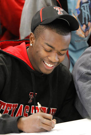 Photo - Carl Albert High School football player Tre Porter signs letter of intent with Texas Tech University  during a signing ceremony in the school's fieldhouse, Wednesday morning, Feb, 3, 2010.  Photo by Jim Beckel, The Oklahoman