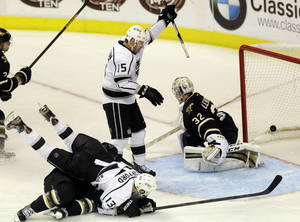 Photo - Los Angeles Kings forward Brad Richardson (15) celebrates a goal against Dallas Stars goalie Kari Lehtonen (32), of Finland, during the third period of an NHL hockey game in Dallas on Sunday March 31, 2013. (AP Photo/Mike Fuentes)