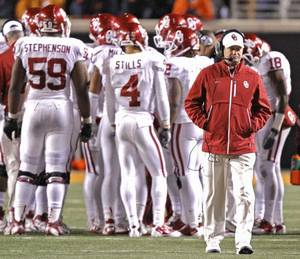 Photo - Bob Stoops and his Oklahoma Sooners did not meet expectations this season, but Berry Tramel says his issues are fixable.  Photo by Chris Landsberger, The Oklahoman