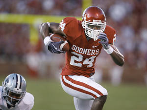 Photo - OU receiver Dejuan Miller emerged as a starter midseason in 2009. If he and Jaz Reynolds continue to improve, it will be more difficult for defenses to double-team Ryan Broyles. PHOTO BY STEVE SISNEY, THE OKLAHOMAN