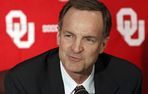 Photo - OU / INTRODUCE / INTRODUCTION: Lon Kruger speaks to the media after being introduced as the new University of Oklahoma men's college basketball coach on Monday, April 4, 2011, in Norman, Okla. Photo by Chris Landsberger, The Oklahoman ORG XMIT: KOD