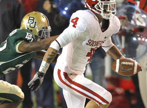 Photo - Kenny Stills (4) catches a pass during the first half of the college football game between the University of Oklahoma Sooners (OU) and the Baylor Bears (BU) at Floyd Casey Stadium on Saturday, November 20, 2010, in Waco, Texas.   Photo by Steve Sisney, The Oklahoman
