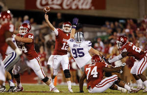 Photo - Sooner quarterback Landry Jones throws during a college football game between the University of Oklahoma Sooners (OU) and the Kansas State University Wildcats (KSU) at Gaylord Family-Oklahoma Memorial Stadium, Saturday, September 22, 2012. Photo by Steve Sisney, The Oklahoman