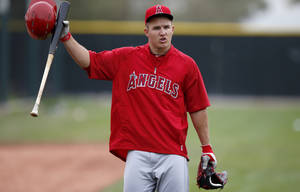 Photo - Los Angeles Angels' Mike Trout talks to a few teammates as he arrives to take batting practice during spring training baseball practice on Tuesday, Feb. 25, 2014, in Tempe, Ariz. (AP Photo/Ross D. Franklin)
