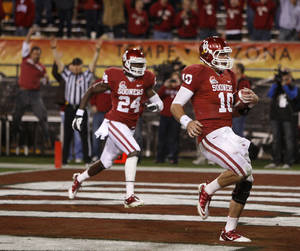 Photo - Oklahoma quarterback Blake Bell, right, scored 13 touchdowns last season, breaking the Sooner record for touchdowns rushing by a freshman. Photo by Bryan Terry, The Oklahoman Archive