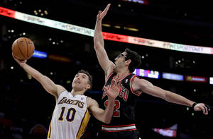 Photo - Los Angeles Lakers' Steve Nash, left, shoots over Chicago Bulls' Kirk Hinrich during the first half of an NBA basketball game in Los Angeles, Sunday, Feb. 9, 2014. (AP Photo/Chris Carlson)