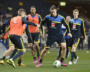 photo - Sweden's national soccer team player Zlatan Ibrahimovic, centre, in action during a training session with the national team, at Friends Arena in Stockholm, Sweden, Monday, Feb. 4, 2013, two days ahead of an international friendly match against Argentina. (AP Photo/Scanpix Sweden/Jonas Ekstromer)  SWEDEN OUT