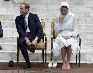 Photo -   Prince William and his wife Kate, the Duke and Duchess of Cambridge take their shoes off before entering a mosque in Kuala Lumpur, Malaysia, Friday, Sept. 14, 2012. (AP Photo/Mark Baker)