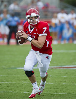photo -   In this Sept. 3, 2011, photo, Houston quarterback Case Keenum looks for a receiver during an NCAA college football game against UCLA in Houston. Keenum says he plans to sign with the Houston Texans. Keenum said Monday, April 30, 2012, the Texans have told him they will sign him. The team has not commented, but that didn't stop Keenum from talking with reporters about his future in the NFL. (AP Photo/Dave Einsel)