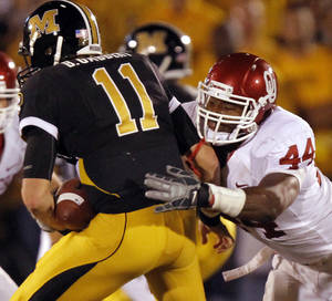 Photo - Oklahoma's Jeremy Beal (44) sacks Missouri quarterback Blaine Gabbert (11) during the first half of the college football game between the University of Oklahoma Sooners (OU) and the University of Missouri Tigers (MU) on Saturday, Oct. 23, 2010, in Columbia, Mo.  Photo by Chris Landsberger, The Oklahoman