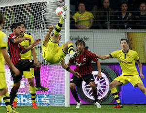 Photo -   Dortmund's Neven Subotic of Serbia, center, tries to score during the German first division Bundesliga soccer match between Eintracht Frankfurt and Borussia Dortmund in Frankfurt, Germany, Tuesday, Sept. 25, 2012. (AP Photo/Michael Probst)