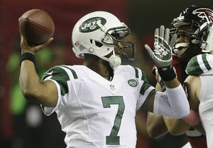 Photo - New York Jets quarterback Geno Smith (7) throws a pass against the Atlanta Falcons during the first half of an NFL football game, Monday, Oct. 7, 2013, in Atlanta. (AP Photo/John Bazemore)