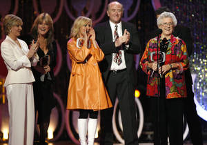 "Photo - FILE - In this April 14, 2007, file photo, Florence Henderson, from left, Susan Olsen, Maureen McCormick, Lloyd Schwartz and Ann B. Davis of the television show ""The Brandy Bunch"" accept the Pop Culture Award during the 5th Annual TV Land Awards in Santa Monica, Calif. Emmy-winning actress Davis has died at a San Antonio hospital on Sunday, June 1, 2014. She was 88. (AP Photo/Gus Ruelas, File)"