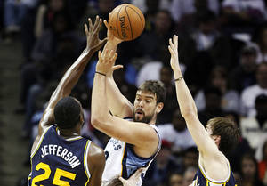 Photo -   Memphis Grizzlies center Marc Gasol, of Spain, passes over Utah Jazz center Al Jefferson (25) and Gordon Hayward, right, in the first half of an NBA basketball game, Monday, Nov. 5, 2012, in Memphis, Tenn. (AP Photo/Lance Murphey)