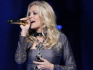 Photo - Oklahoma's Carrie Underwood, a big winner at last week's CMT Awards in Nashville, will perform in her first concert in Britain later this month. MICHAEL WYKE/Tulsa World