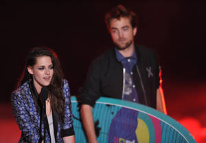Photo -   Kristen Stewart, left, and Robert Pattinson accept the award for Ultimate Choice at the Teen Choice Awards on Sunday, July 22, 2012, in Universal City, Calif. (Photo by John Shearer/Invision/AP)