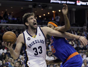 photo -   Memphis Grizzlies' Marc Gasol (33), of Spain, goes to the basket around New York Knicks' Rasheed Wallace, right, during the second half of an NBA basketball game in Memphis, Tenn., Friday, Nov. 16, 2012. Gasol scored 24 points in the Grizzlies 105-95 victory over the Knicks. (AP Photo/Danny Johnston)