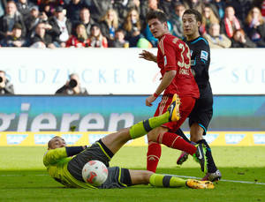 photo - Munich's Mario Gomez , center scores past Hoffenheim's goalkeeper Heurelho, left, during the German first division Bundesliga soccer match between TSG 1899 Hoffenheim and FC Bayern Munich in Sinsheim, Germany, March 3, 2013. (AP Photo/dpa, Daniel Maurer)