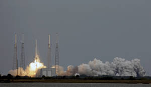 photo - The Falcon 9 SpaceX rocket lifts off from launch complex 40 at the Cape Canaveral Air Force Station in Cape Canaveral, Fla., Friday, March 1, 2013. The rocket is transporting the Dragon capsule to the International Space Station containing more than a ton of food, tools, computer hardware and science experiments. (AP Photo/John Raoux)