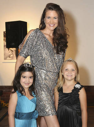 Photo - Isabella Muniz, 6, Mrs. Oklahoma Joy Rose Murphy, Chloe Stubbs, 6.  PHOTOS BY DAVID FAYTINGER, FOR THE OKLAHOMAN
