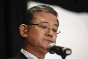 """Photo - Veterans Affairs Secretary Eric Shinseki pauses as he speaks at a meeting of the National Coalition for Homeless Veterans, Friday, May 30, 2014, in Washington. President Barack Obama says he plans to have a """"serious conversation"""" with Shinseki about whether he can stay in his job.  (AP Photo/Charles Dharapak)"""