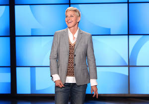 "Photo -   FILE- This Sept. 26, 2011, file photo, originally provided by Warner Bros., shows Ellen DeGeneres during a taping of ""The Ellen DeGeneres Show"" in Burbank, Calif. The Kennedy Center in Washington is awarding DeGeneres the Mark Twain Prize for American Humor on Oct. 22. The show will be broadcast on PBS stations Oct. 30. (AP Photo/Warner Bros., Michael Rozman, File)"