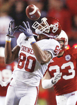 Photo - Oklahoma's Adron Tennell misses a catch during the first half Saturday. Photo by Chris Landsberger, The Oklahoman