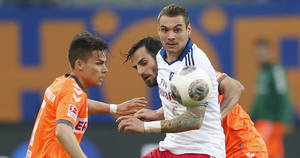 Photo - Hamburg's Pierre-Michel Lasogga, center, Fuerth's Zoltan Stieber, left, and Fuerth's Mergim Mavraj challenge for the ball during their 1st leg relegation soccer match between Hamburger SV and Greuther Fuerth in Hamburg, Germany, Thursday, May 15, 2014.  (AP Photo/Matthias Schrader)