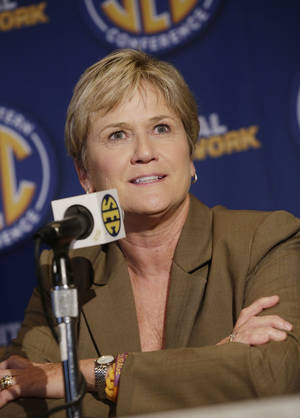 Photo - Tennessee coach Holly Warlick talks with reporters during the Southeastern Conference NCAA college basketball media day in Birmingham, Ala., Thursday, Oct. 17, 2013. (AP Photo/Dave Martin)