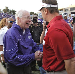 Photo - Bob Stoops shakes hands with Kansas State coach Bill Snyder after the college football game between the University of Oklahoma Sooners (OU) and the Kansas State University Wildcats (KSU) at Bill Snyder Family Stadium on Saturday, Oct. 29, 2011. in Manhattan, Kan. Photo by Chris Landsberger, The Oklahoman  ORG XMIT: KOD