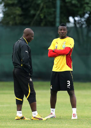 photo - Ghana&#039;s captain Asamoah Gyan, right, chats with head coach Kwesi Appiah, left, during their training at the team hotel in Nelspruit, South Africa, Tuesday Feb. 5, 2013. Ghana will play their African Cup of Nations semifinal soccer match against Burkina Faso on Wednesday Feb. 6, 2013. (AP Photo/Themba Hadebe)