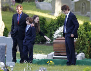 photo -   Robert F. Kennedy Jr., left, and his children turn away after paying their respects at the casket of Mary Richardson Kennedy, in St. Francis Xavier Cemetery in Centerville, Mass., Saturday, May 19, 2012. Mary Richardson Kennedy was found dead of an apparent suicide last week at her home in Bedford, N.Y. (AP Photo/Michael Dwyer)