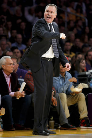 photo -   Los Angeles Lakers head coach Mike D'Antoni gestures as he directs his team in the first half of an NBA basketball game against the Brooklyn Nets in Los Angeles, Tuesday, Nov. 20, 2012. (AP Photo/Jae C. Hong)