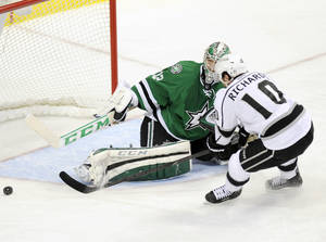 Photo - Los Angeles Kings center Mike Richards (10) shoots the puck wide of Dallas Stars goalie Kari Lehtonen (32) in the second period of an NHL hockey game, Tuesday, Dec. 31, 2013, in Dallas. (AP Photo/Matt Strasen)