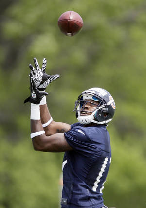 Photo -   Chicago Bears wide receivers Alshon Jeffery catches a ball during the NFL team's football rookie minicamp in Lake Forest, Ill., Friday, May 11, 2012. (AP Photo/ Nam Y. Huh)