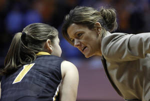 photo - Missouri head coach Robin Pingeton, right, talks with Lianna Doty (1) during the first half of an NCAA women's college basketball game against Tennessee, Thursday, Jan. 10, 2013, in Knoxville, Tenn. Tennessee won 84-39. (AP Photo/Wade Payne)