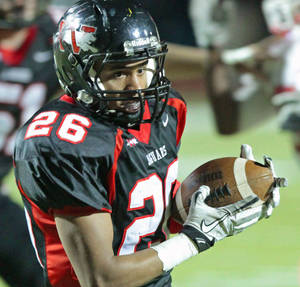 Photo - Westmoore's Lexus Lee (26) makes a catch in the first half as the Westmoore Jaguars play the Lawton Wolverines in high school football on Friday, Nov. 4, 2011, in Moore, Okla.    Photo by Steve Sisney, The Oklahoman ORG XMIT: KOD