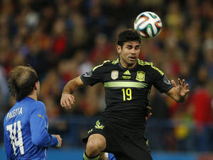 Photo - Spain's Diego Costa, right controls the ball in front of Italy's Gabriel Paletta during a friendly soccer match against Italy at the Vicente Calderon stadium in Madrid, Wednesday March 5, 2014. (AP Photo/Paul White)