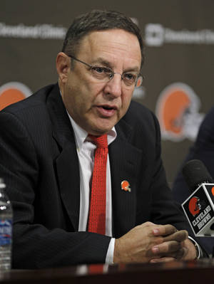 Photo -   Cleveland Browns new CEO Joe Banner answers questions during a news conference Wednesday, Oct. 17, 2012, in Berea, Ohio. Banner spent 19 years with the Eagles, spending 12 seasons as president before leaving the club last season. (AP Photo/Tony Dejak)