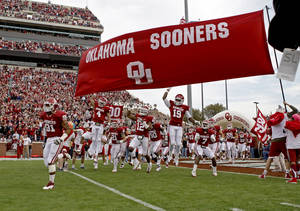 photo - The OU football team takes the field before the college football game between the Texas A&M Aggies and the University of Oklahoma Sooners (OU) at Gaylord Family-Oklahoma Memorial Stadium on Saturday, Nov. 5, 2011, in Norman, Okla. Photo by Bryan Terry, The Oklahoman