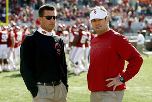 Photo - BEDLAM FOOTBALL: Oklahoma State coach Mike Gundy and Oklahoma coach Bob Stoops talk prior to the Bedlam college football game between the University of Oklahoma Sooners (OU) and the Oklahoma State University Cowboys (OSU) at Gaylord Family-Oklahoma Memorial Stadium in Norman, Okla., Saturday, Nov. 24, 2012. Photo by Bryan Terry, The Oklahoman