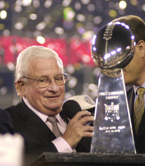 photo -   FILE - In this Jan. 28, 2001 file photo, Baltimore Ravens owner Art Modell celebrates with the Vince Lombardi Trophy after the Ravens beat the New York Giants 34-7 in Super Bowl XXXV in Tampa, Fla. The Ravens said Modell died early Thursday, Sept. 6, 2012 at Johns Hopkins Hospital, where he had been admitted Wednesday. He was 87. (AP Photo/Dave Martin, File)