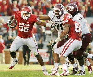 Photo - OU football coach Bob Stoops said defensive end Ronnell Lewis, left, has likely played his last game for the Sooners. Lewis will not play in the Insight Bowl because of academic issues and Stoops said he expected Lewis to declare for the NFL Draft. PHOTO BY STEVE SISNEY, The Oklahoman <strong>STEVE SISNEY</strong>
