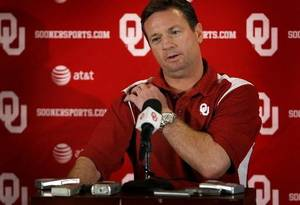 Photo - OU head coach  Bob  Stoops talks to the press during the final University of Oklahoma media luncheon on Monday, Dec. 22, 2008, at the University of Oklahoma in Norman, Okla. Photo by Chris Landsberger/The Oklahoman