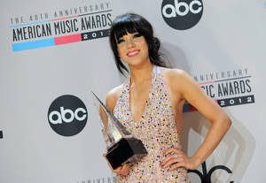 Photo -   Carly Rae Jepsen poses backstage with the Old Navy new artist of the year award at the 40th Anniversary American Music Awards on Sunday, Nov. 18, 2012, in Los Angeles. (Photo by Jordan Strauss/Invision/AP)